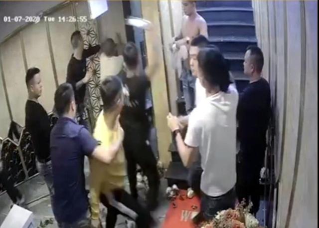 Nhóm côn đồ đập phá quán karaoke, đánh người trọng thương - 1