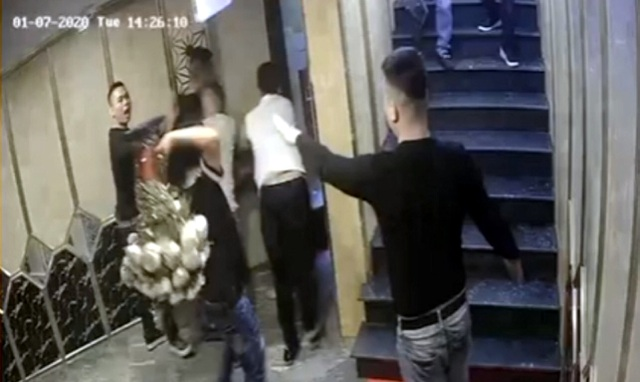 Nhóm côn đồ đập phá quán karaoke, đánh người trọng thương - 2