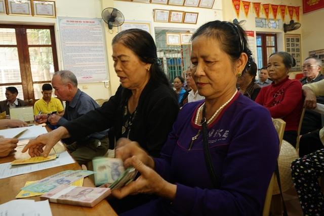 Hà Tĩnh: Người hưu trí phấn khởi khi được nhận 2 tháng lương để sắm Tết - 1