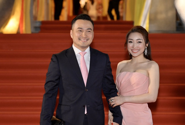 Chi Bảo sánh đôi cùng bạn gái Thùy Chang trên thảm đỏ sau ồn ào vợ mới - vợ cũ - 2