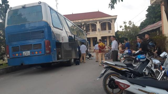 Bắt giữ xe khách biển Lào vận chuyển 840kg pháo hoa trái phép - 1
