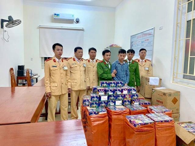 Bắt giữ xe khách biển Lào vận chuyển 840kg pháo hoa trái phép - 2
