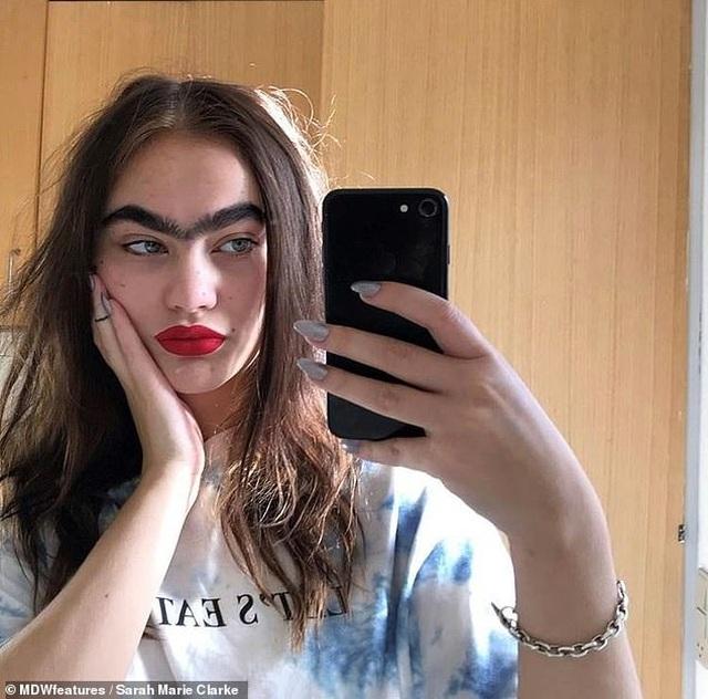 """Cô gái có """"vệt lông mày... liền một dải"""" trở thành người mẫu được săn đón - 2"""