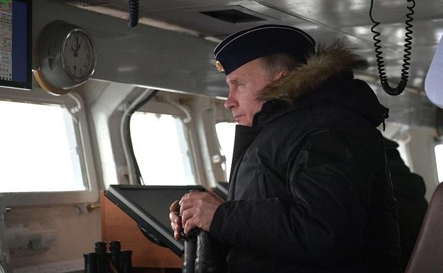 Tổng thống Putin lên tàu tuần dương thị sát tập trận gần Crimea - 1