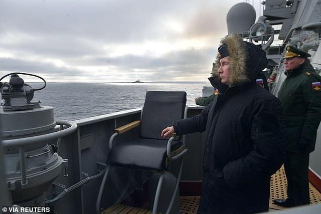 Tổng thống Putin lên tàu tuần dương thị sát tập trận gần Crimea - 5