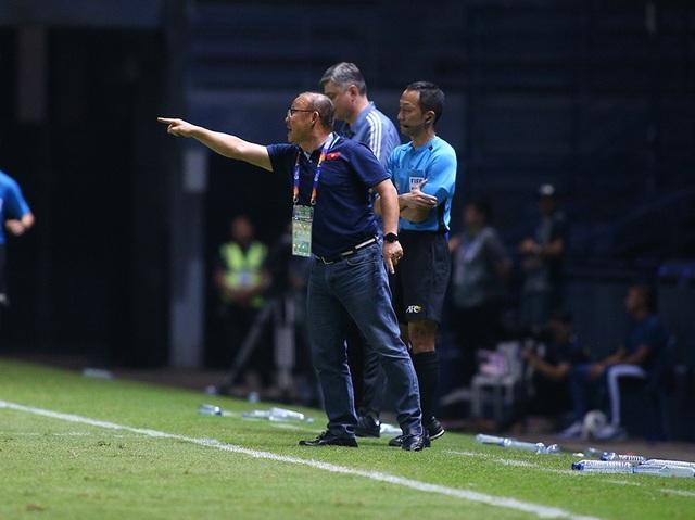 Thoát penalty nhờ VAR, thầy Park vui vẻ bắt tay tổ trọng tài - 1