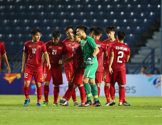 Thoát penalty nhờ VAR, thầy Park vui vẻ bắt tay tổ trọng tài - 9