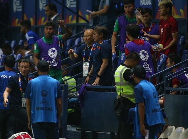 Thoát penalty nhờ VAR, thầy Park vui vẻ bắt tay tổ trọng tài - 6