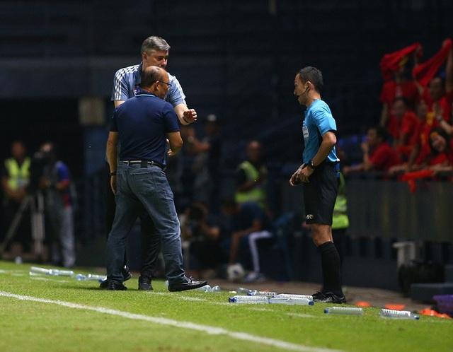 Thoát penalty nhờ VAR, thầy Park vui vẻ bắt tay tổ trọng tài - 4