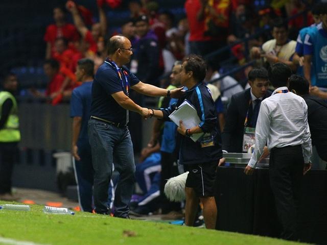 Thoát penalty nhờ VAR, thầy Park vui vẻ bắt tay tổ trọng tài - 3