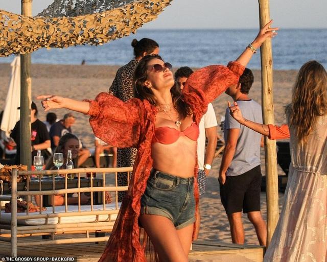Alessandra Ambrosio bốc lửa trên bãi biển Uruguay - 3