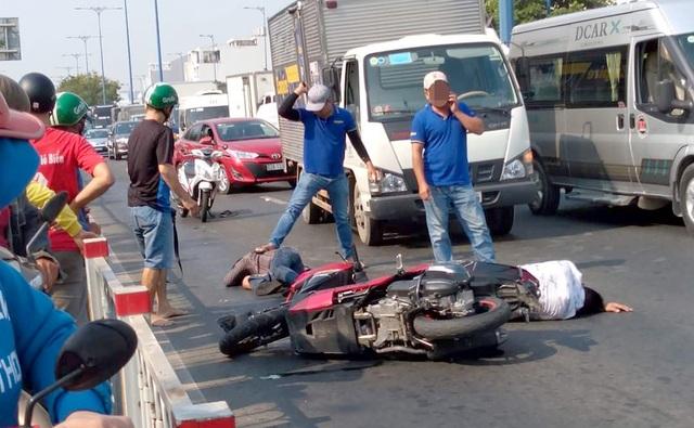 Hai thanh niên giật túi xách ngã sấp mặt trên đường tháo chạy - 1