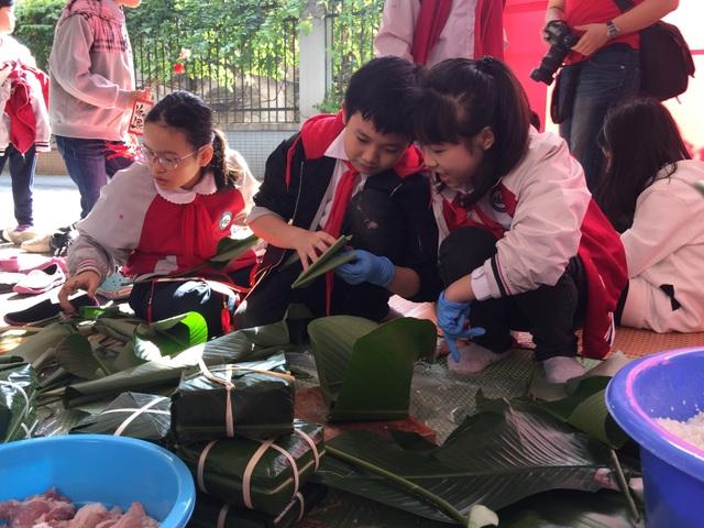 Hoa hậu Tiểu Vy cùng học sinh Hà Nội gói bánh chưng tặng trẻ em vùng cao - 4