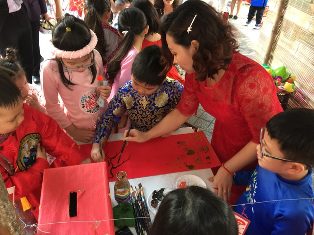Hoa hậu Tiểu Vy cùng học sinh Hà Nội gói bánh chưng tặng trẻ em vùng cao - 7