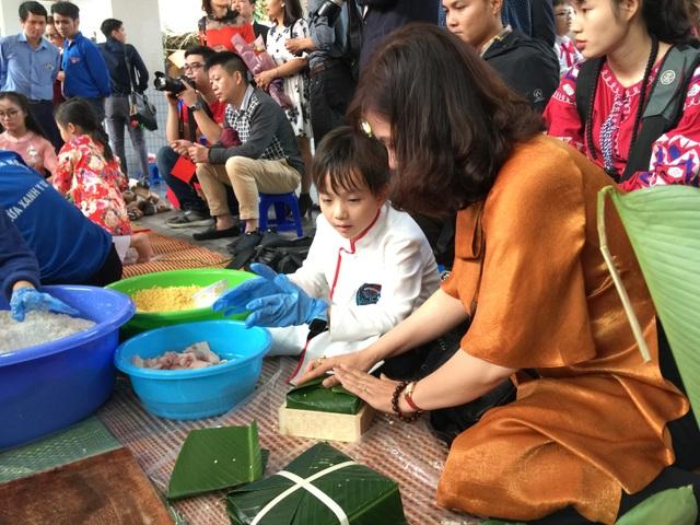 Hoa hậu Tiểu Vy cùng học sinh Hà Nội gói bánh chưng tặng trẻ em vùng cao - 2