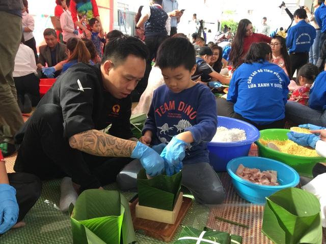 Hoa hậu Tiểu Vy cùng học sinh Hà Nội gói bánh chưng tặng trẻ em vùng cao - 3