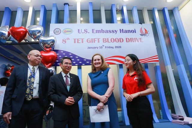 Phó Đại sứ Mỹ hiến máu Trao tặng quà Tết - 6