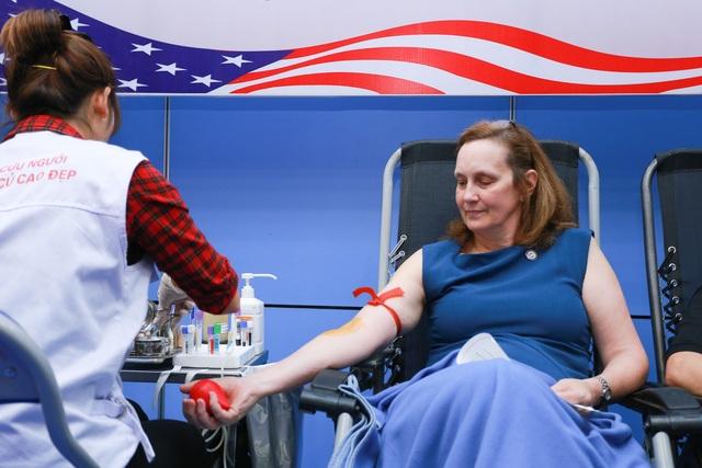 Phó Đại sứ Mỹ hiến máu Trao tặng quà Tết - 3