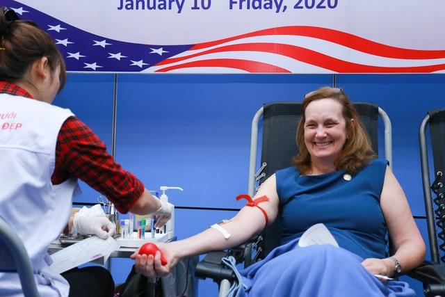 Phó Đại sứ Mỹ hiến máu Trao tặng quà Tết - 2