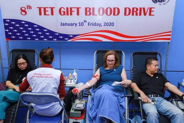 Phó Đại sứ Mỹ hiến máu Trao tặng quà Tết - 11