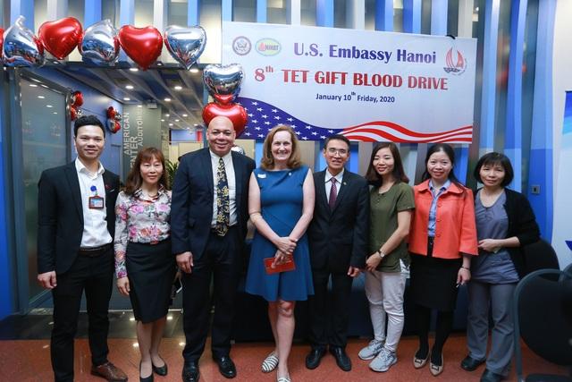 Phó Đại sứ Mỹ hiến máu Trao tặng quà Tết - 1