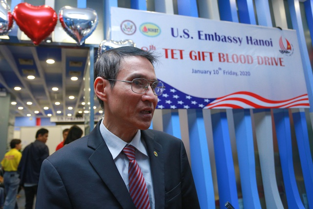 Phó Đại sứ Mỹ hiến máu Trao tặng quà Tết - 7