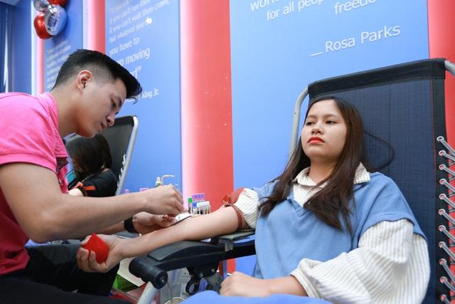 Phó Đại sứ Mỹ hiến máu Trao tặng quà Tết - 9