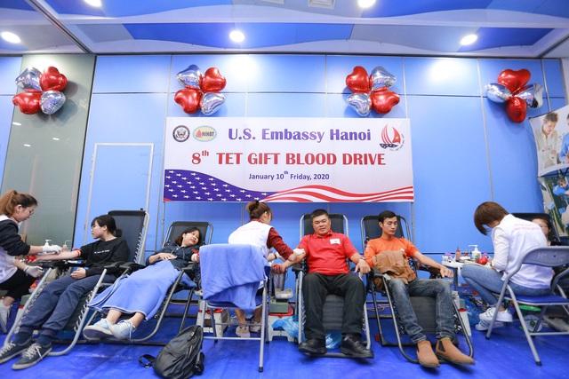 Phó Đại sứ Mỹ hiến máu Trao tặng quà Tết - 8