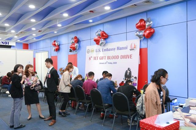 Phó Đại sứ Mỹ hiến máu Trao tặng quà Tết - 4