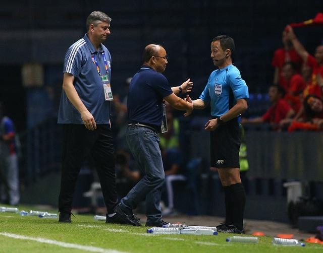 Thoát penalty nhờ VAR, thầy Park vui vẻ bắt tay tổ trọng tài - 5