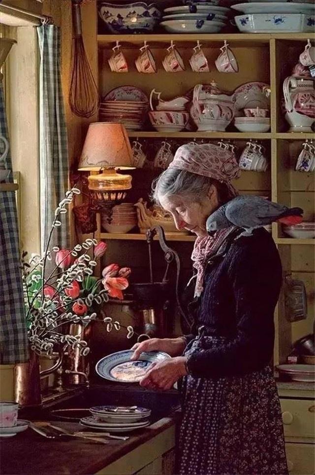 Sửng sốt với ngôi nhà hoa hồng đẹp như bước ra từ truyện cổ tích của cụ bà 92 tuổi - 6