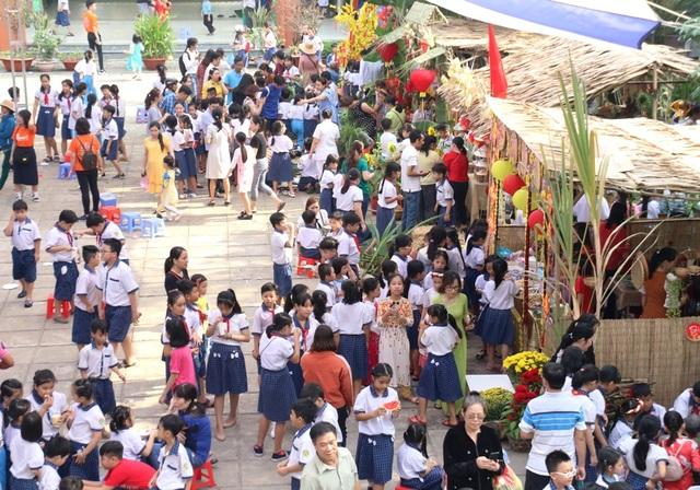 Hàng trăm học sinh tiểu học hào hứng học xay bột, gói bánh tét ăn Tết - 3