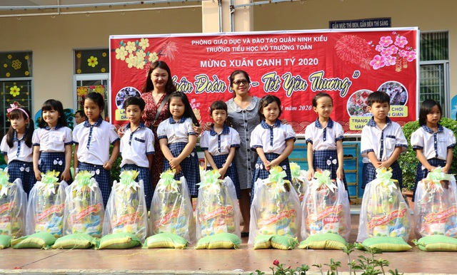Hàng trăm học sinh tiểu học hào hứng học xay bột, gói bánh tét ăn Tết - 12