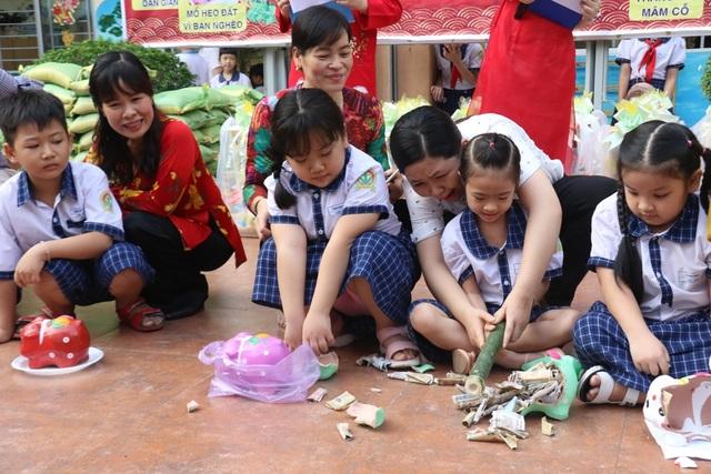 Hàng trăm học sinh tiểu học hào hứng học xay bột, gói bánh tét ăn Tết - 11