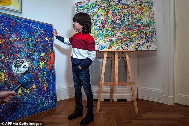 Thần đồng hội họa 7 tuổi bán tranh giá hàng trăm triệu đồng - 1