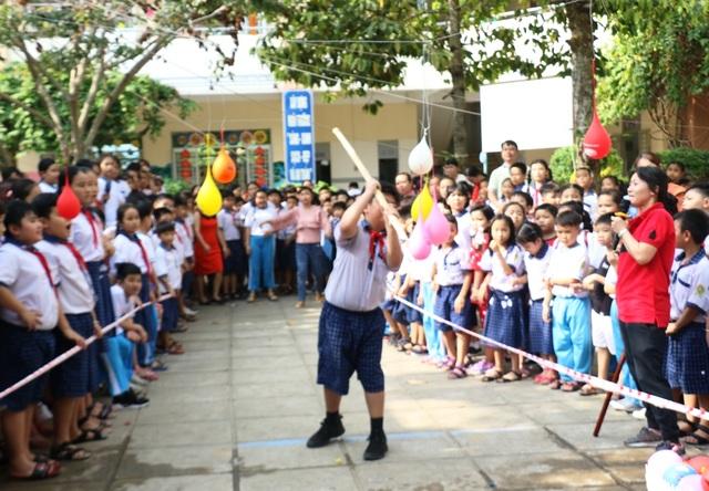 Hàng trăm học sinh tiểu học hào hứng học xay bột, gói bánh tét ăn Tết - 5