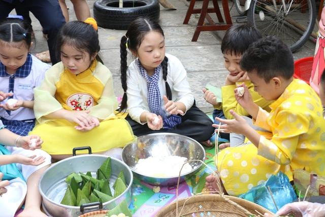 Hàng trăm học sinh tiểu học hào hứng học xay bột, gói bánh tét ăn Tết - 8