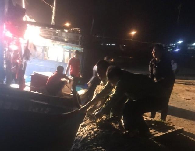 Bộ đội biên phòng lai dắt 2 tàu cá mắc cạn vào bờ neo đậu an toàn - 2