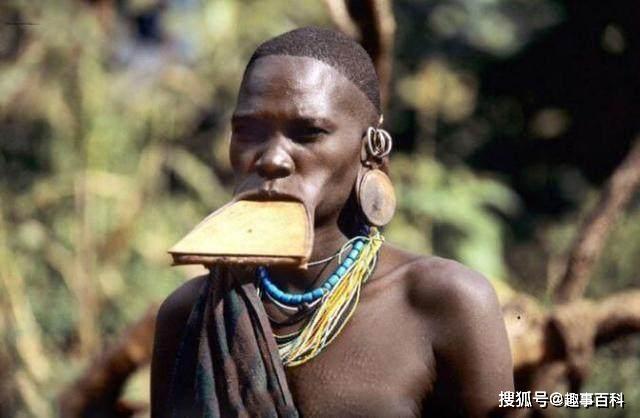 Bộ lạc đĩa môi, đĩa càng lớn phụ nữ càng dễ kiếm được chồng - 1