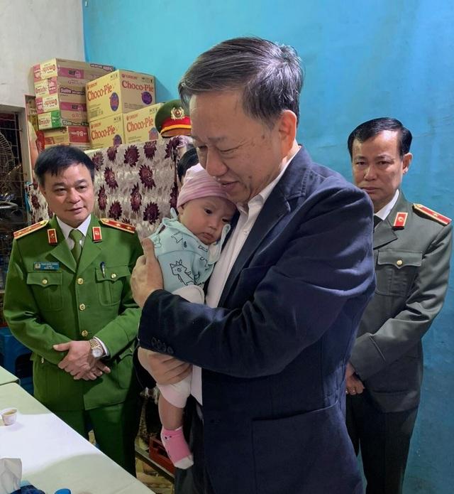 Bộ trưởng Tô Lâm thăm gia đình 3 chiến sỹ hi sinh tại Đồng Tâm