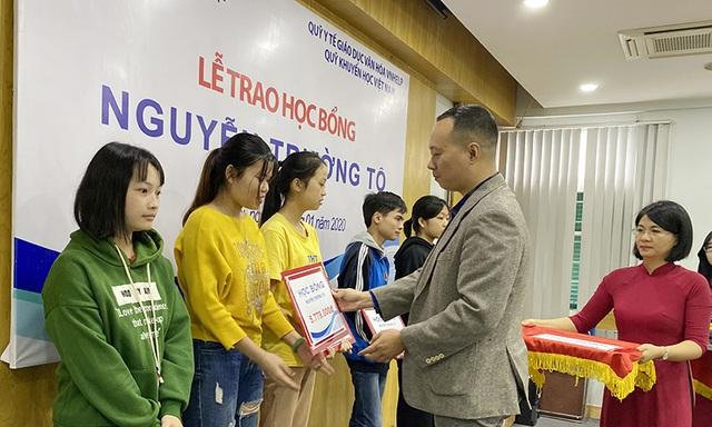 30 sinh viên nghèo vượt khó nhận học bổng Nguyễn Trường Tộ - 4