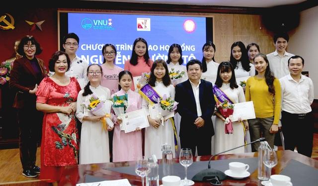 30 sinh viên nghèo vượt khó nhận học bổng Nguyễn Trường Tộ - 1