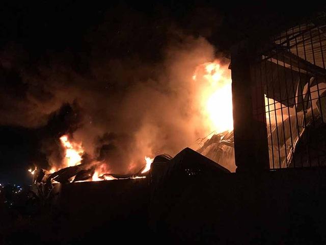 Hàng trăm chiến sĩ dập đám cháy lớn tại xưởng lốp - 2