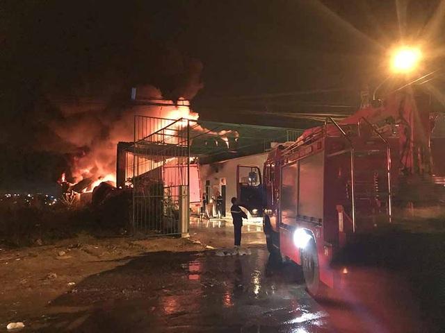 Hàng trăm chiến sĩ dập đám cháy lớn tại xưởng lốp - 1