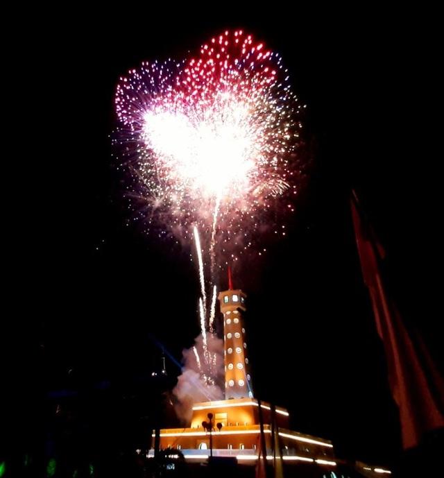 Cà Mau bắn pháo hoa tại 5 điểm đón năm mới - 1