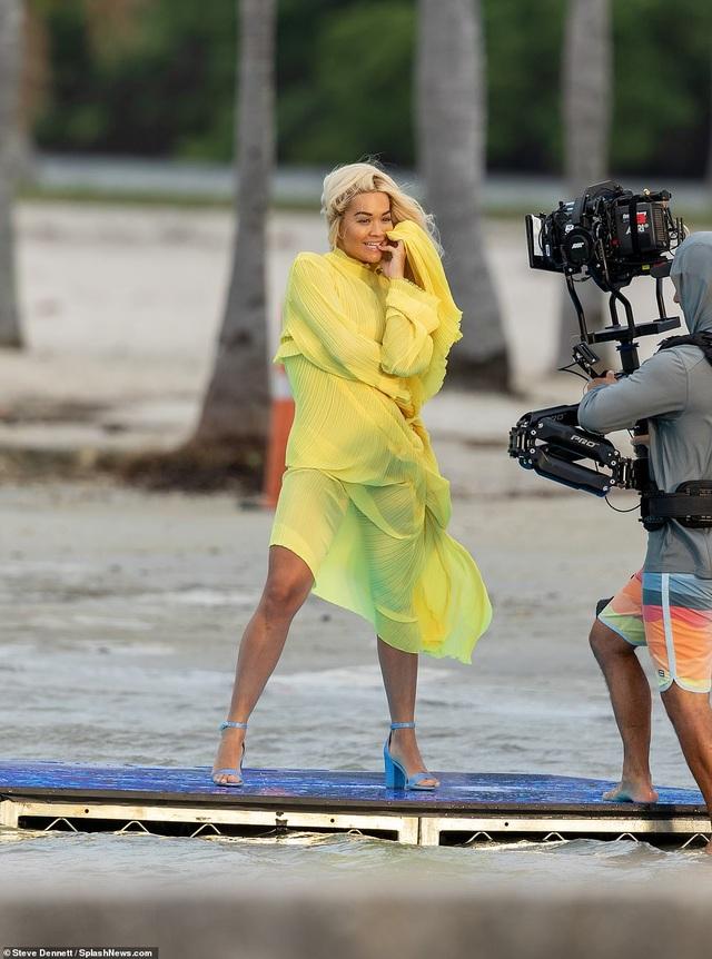 Rita Ora khoe dáng chắc khỏe với váy xẻ bạo - 2