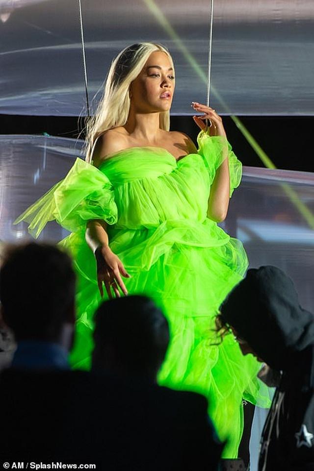 Rita Ora khoe dáng chắc khỏe với váy xẻ bạo - 3