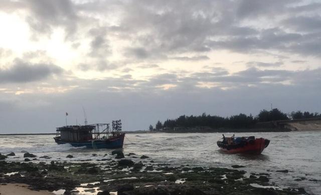 Bộ đội biên phòng lai dắt 2 tàu cá mắc cạn vào bờ neo đậu an toàn - 1