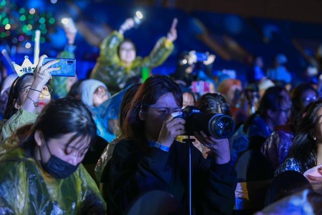 """""""2020 K-Pop Super Concert"""": Người hâm mộ đội mưa cuồng nhiệt cổ vũ thần tượng  - 13"""
