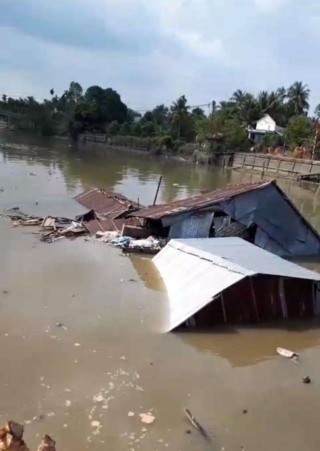 """Sóc Trăng: Thêm 3 nhà dân bị """"nuốt"""" xuống sông - 2"""